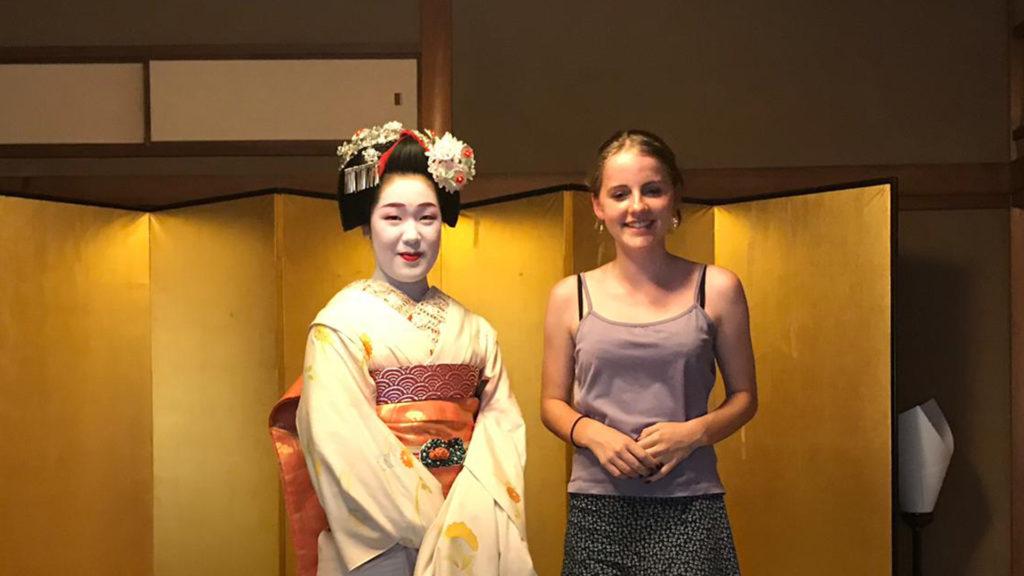 Elizabeth stood with geisha in Kyoto